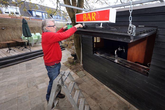 Uitbater Toon van den Broek legt de laatste hand aan de nieuwe buitenbar van Café Het Ginneken.
