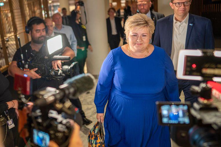 De Noorse premier Erna Solberg arriveert maandagavond bij een hotel in Oslo, waar haar partij de verkiezingsuitslagen volgt. De Conservatieve Partij van Solberg leden verlies en Solberg kondigde het aftreden van haar kabinet aan. Beeld EPA