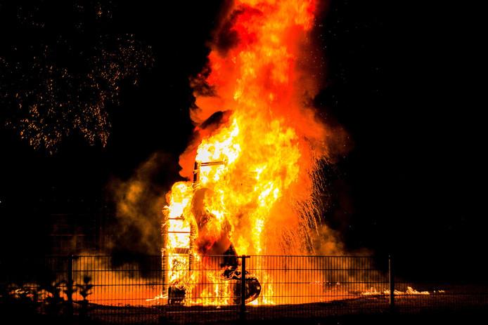 Hoge vlammen doen het speeltoestel in rook opgaan.