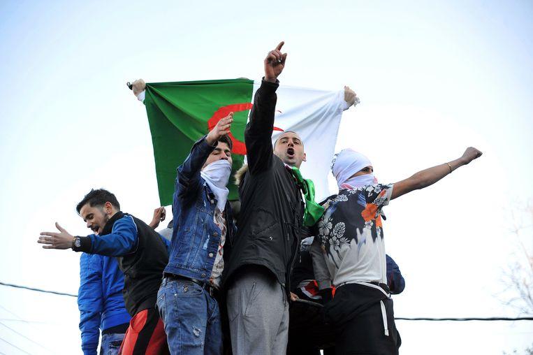 Demonstranten protesteren in Algiers tegen president Abdelaziz Bouteflika, die zich verkiesbaar stelt voor een vijfde termijn. Beeld AP