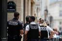 De Franse politie vrijdagmiddag bij de getroffen zaak van juwelier Dinh Van in Parijs.