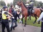 32 aanhoudingen na demonstraties van Pegida en antifascisten in Enschede