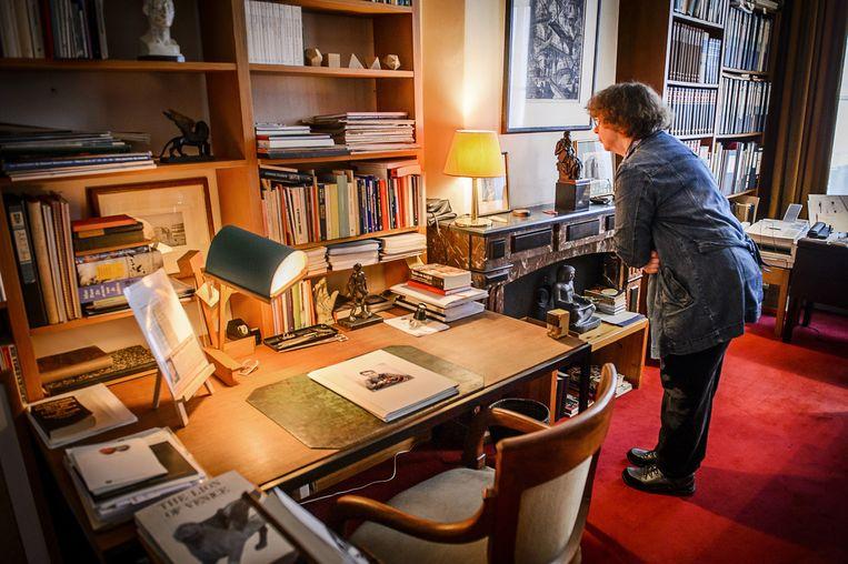Een bezoeker bekijkt het Harry Mulisch Huis tijdens Open Monumentendag. Beeld anp
