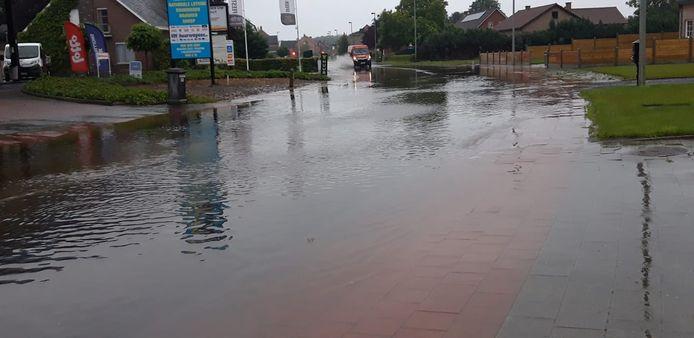 De Stationsstraat in Ramsel staat onder water aan het bedrijf Lambaerts Agri.