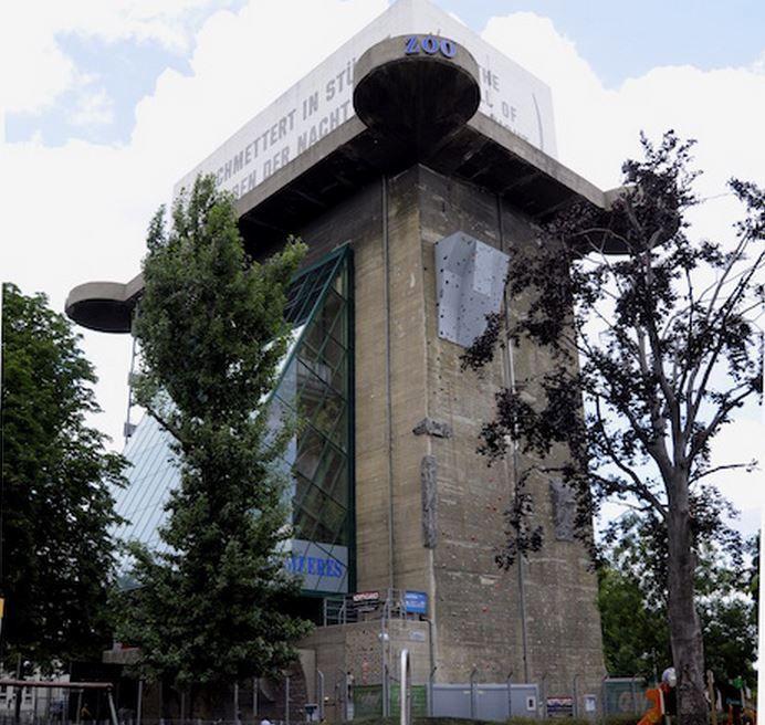 De flaktoren in de Mariahilfstrasse lokt jaarlijks meer dan een half miljoen bezoekers. Blikvanger is het grote aquarium gevuld met hamerhaaien.