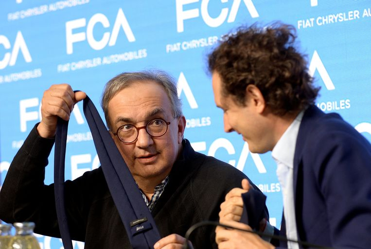 Sergio Marchionne (links) en bestuursvoorzitter John Elkann van Fiat Chrysler Automobiles, afgelopen juni.  Beeld null
