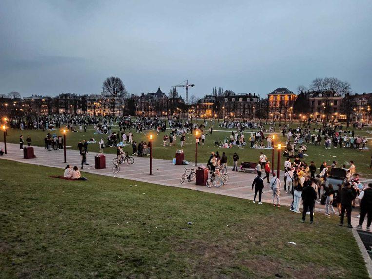 Groepen jongeren verzamelen zich op het Museumplein. Beeld Joris van Gennip