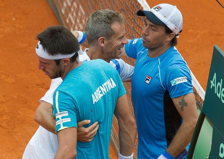 Carlos Berlocq en Leonardo Mayer vieren met kapitein Daniel Orsanic. Beeld AFP