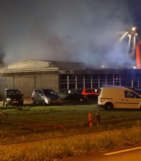 Brandweer lang bezig met nablussen bij brand autobedrijf Eibergen