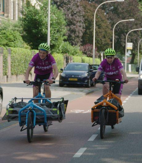 Kees van Wonderen traint Fietskoerier Deventer voor bezorging van nieuwe uittenue Go Ahead Eagles