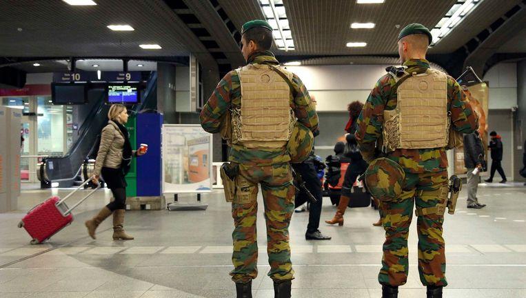 Soldaten patrouilleren in de inkomhal van Brussel-Zuid. Beeld REUTERS