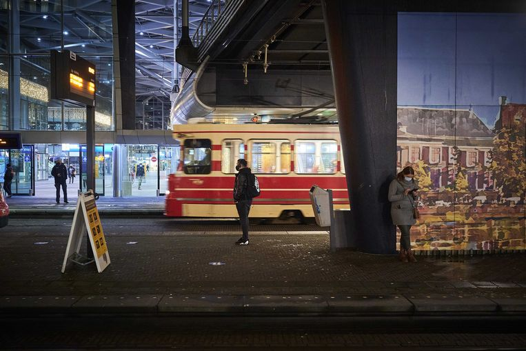 Een vrijwel leeg perron bij de trams voor het Centraal Station in Den Haag tijdens de lockdown.  Beeld ANP