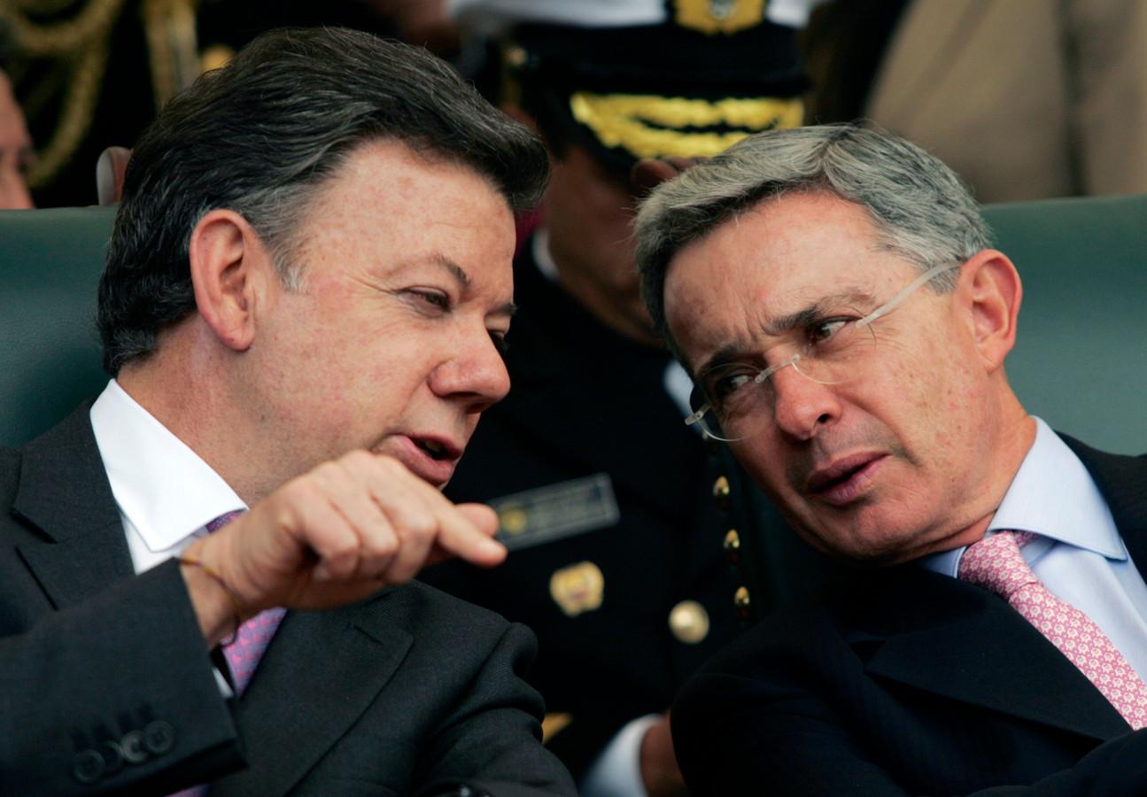 De gekozen president Juan Manuel Santos spreekt met vertrekkend president Alvaro Uribe op archiefbeeld uit 2010.