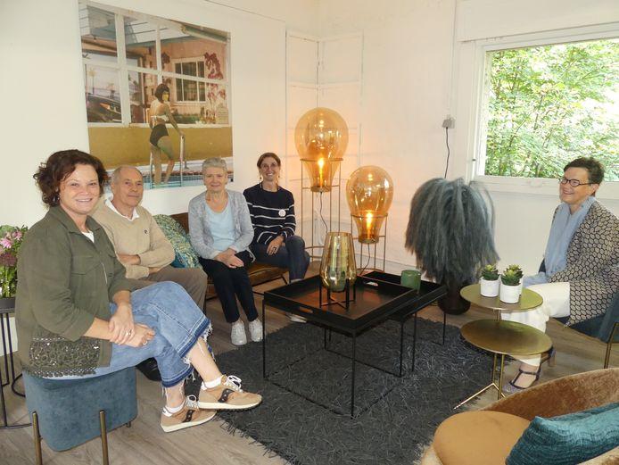 Ingrid De Meester (links) en enkele bezoekers en medewerkers van Villa Zomernest.