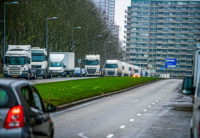 Aan de Olympiaweg in Rotterdam stond het deze week nog vol vrachtwagens, maar truckers mogen er niet meer parkeren vanwege overlast voor omwonenden.