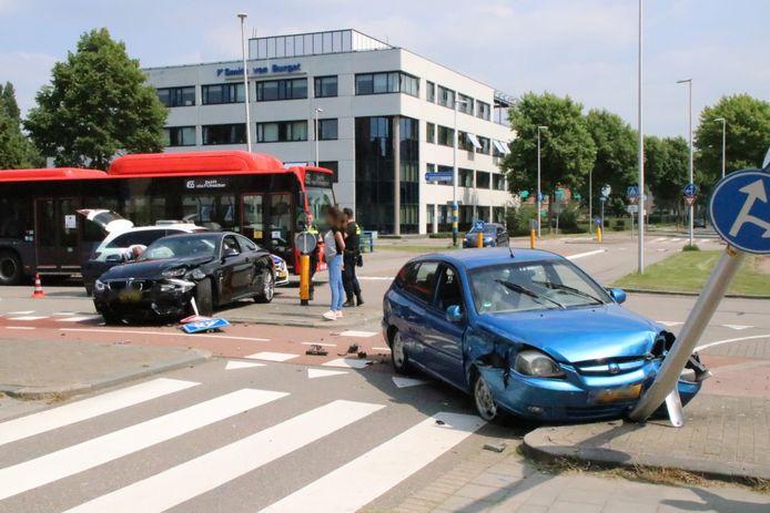 Twee personenauto's zijn met elkaar in botsing gekomen op de Danny Kayelaan