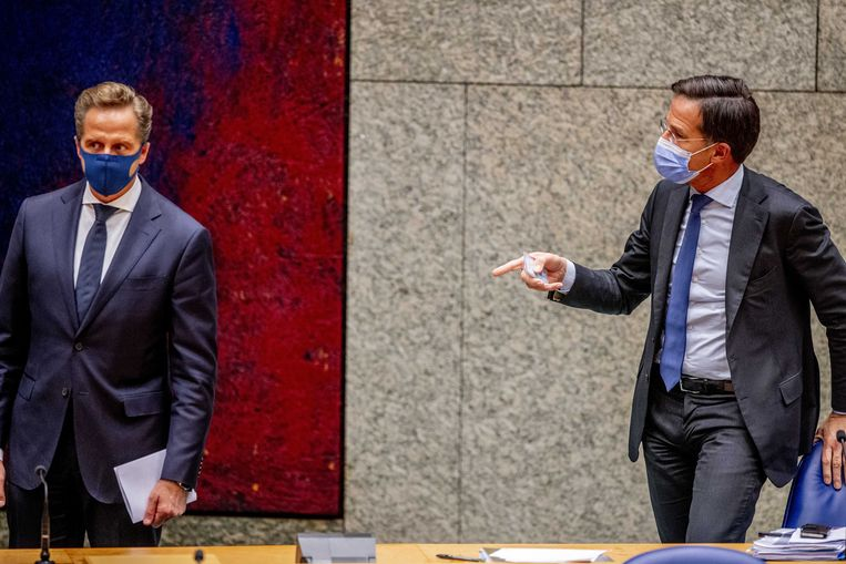 Hugo de Jonge en Mark Rutte tijdens het coronavaccinatiedebat. Beeld ANP