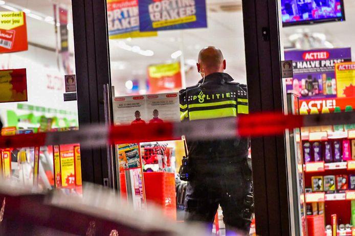 Vier overvallers bedreigen personeel Kruidvat met hakbijl en vuurwapen in Eindhoven.