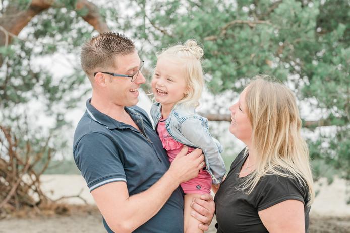 Joey Top & Debbie Roelofs met dochter Vayèn die vandaag haar eerste, échte verjaardag viert.