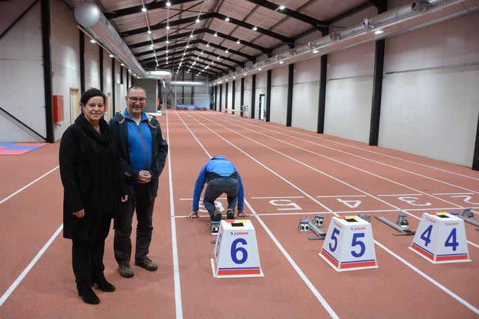 Schepen Katrien Claus en Danny Poppe van het bouwcomité Volharding bij de gloednieuwe indoor sprintbaan.