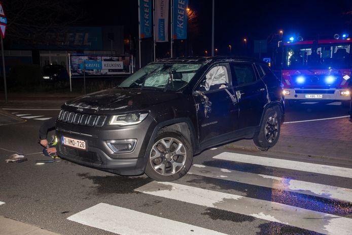 De Jeep sloeg na een aanrijding overkop aan het rondpunt aan deKortrijksesteenweg.