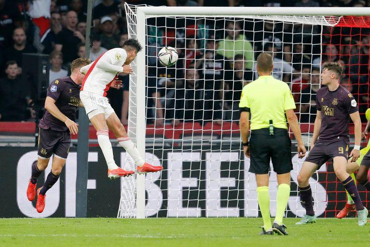 Edson Alvarez kopt de 1-0 binnen. Beeld Pro Shots / Niels Boersema