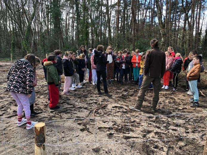 De leerlingen van Campus Kajee plantten de zeshonderd bomen en struiken afgelopen vrijdag aan.