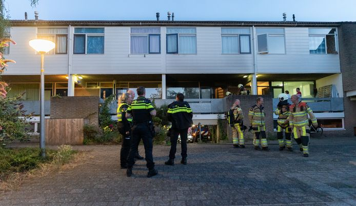 Politie en brandweer bij de woning aan de Kannenburg in Deventer.
