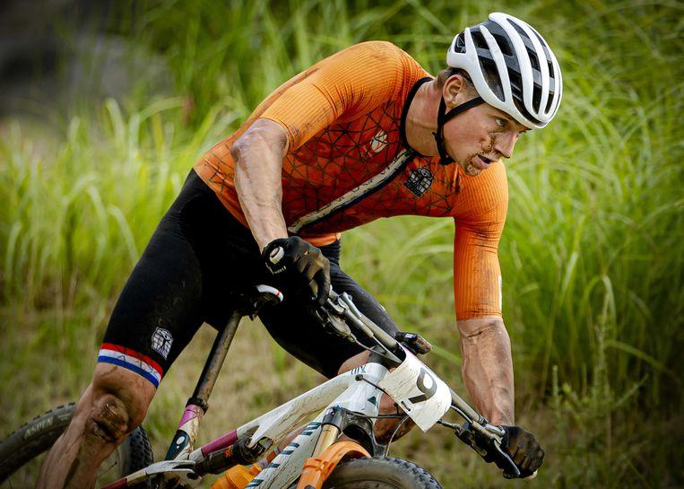 Mathieu van der Poel in de olympische mountainbikewedstrijd na zijn val. Beeld ANP