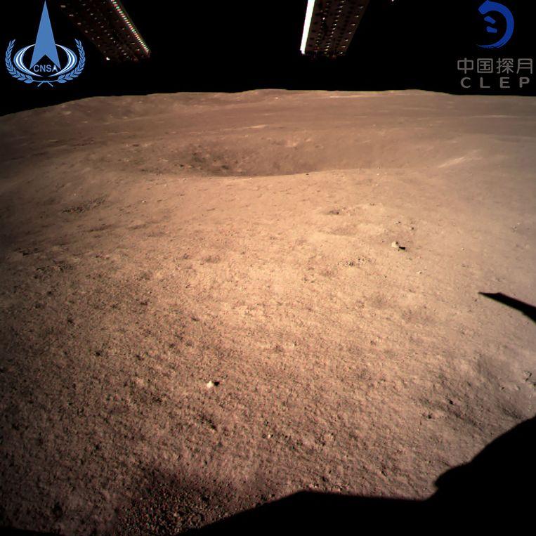 Zo ziet de 'dark side of the moon' eruit. De foto werd genomen door de ruimtesonde Chang'e-4.  Beeld AFP