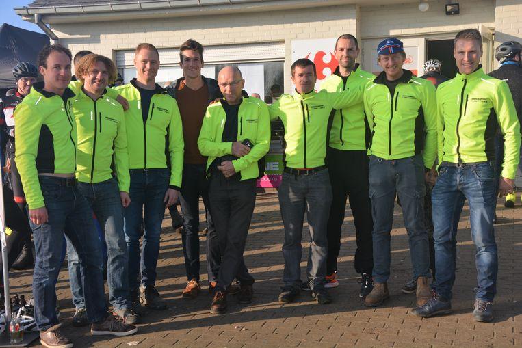 Het VTT Zulte-team en Thomas Van der Plaetsen.