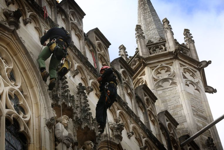 Het klimteam van Sky-Tech controleert de gevels van het Brugse stadhuis.