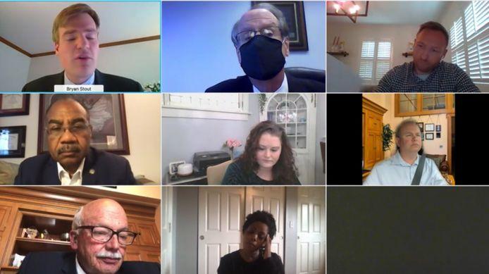 De online vergadering. Andrew Brenner zie je volledig rechts in het midden.