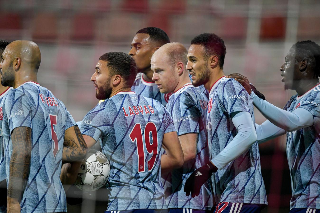 Davy Klaassen viert zijn goal.