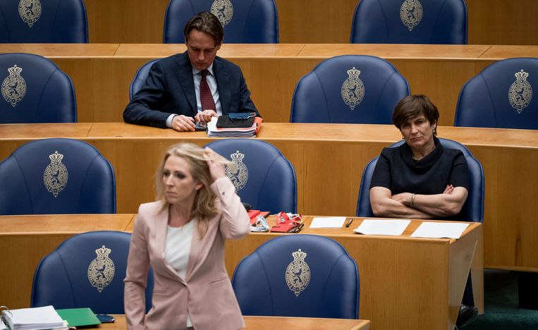 Lilianne Ploumen (rechts) luistert aandachtig in de Tweede Kamer tijdens het debat over het aftreden van het Kabinet. Beeld FREEK VAN DEN BERGH/ de Volkskrant