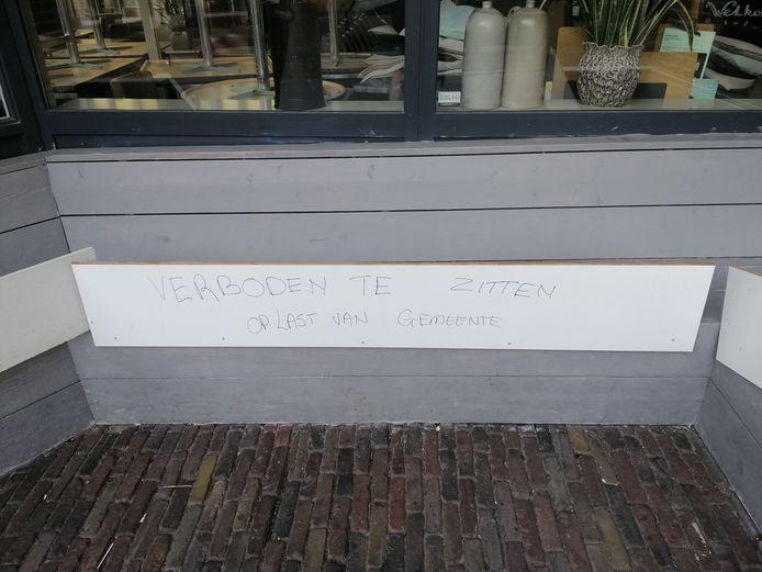 De banken van De Heerlijckheid zijn afgesloten met houten planken.