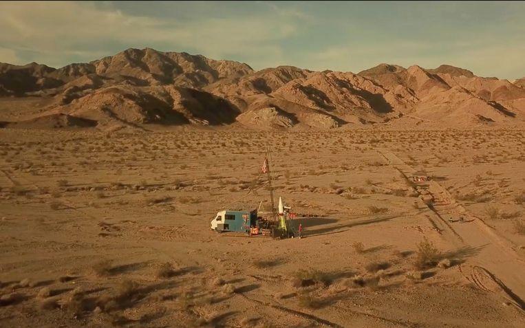 Beeld uit de documentaire Rocketman (2019) waarin 'Mad Mike'Hughes (links) in de Mojavewoestijn in de VS zichzelf lanceert in zijn zelfgebouwde raket. Beeld