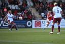Beth Mead haalt uit voor de 1-0 voor Arsenal.