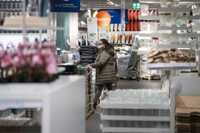 Een klant doet inkopen in een vestiging van Ikea, waar vijftig klanten per tijdslot mogen komen.