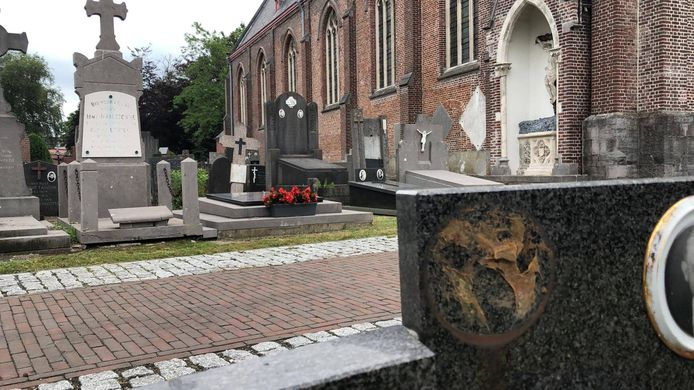 Op minstens vier graven in Bellem zijn de Belgische emblemen verwijderd.