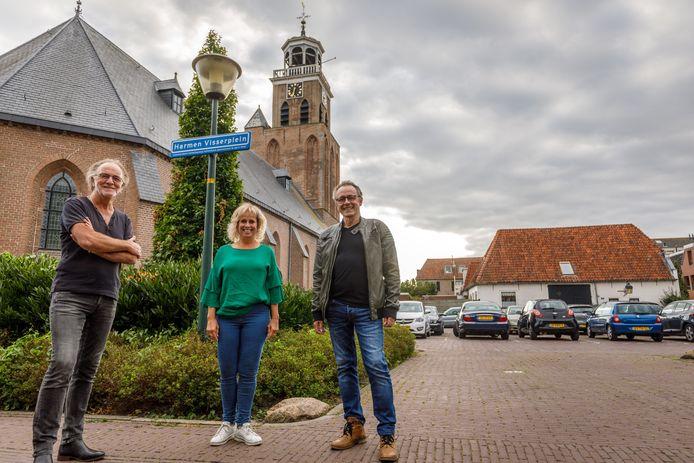 De makers van Razzia (Jan Blei, Barbara Lok, Wim Rebergen vlnr) op het Harmen Visserplein in Vollenhove. Op een steenworp afstand is in september wellicht toch de uitvoering van de muzikale voorstelling over verzetsman Visser en de Tweede Wereldoorlog.