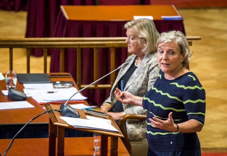 Demissionair minister Ank Bijleveld-Schouten en demissionair staatssecretaris Ankie Broekers-Knol tijdens het debat over de situatie in Afghanistan.  Beeld Les van Lieshout / ANP
