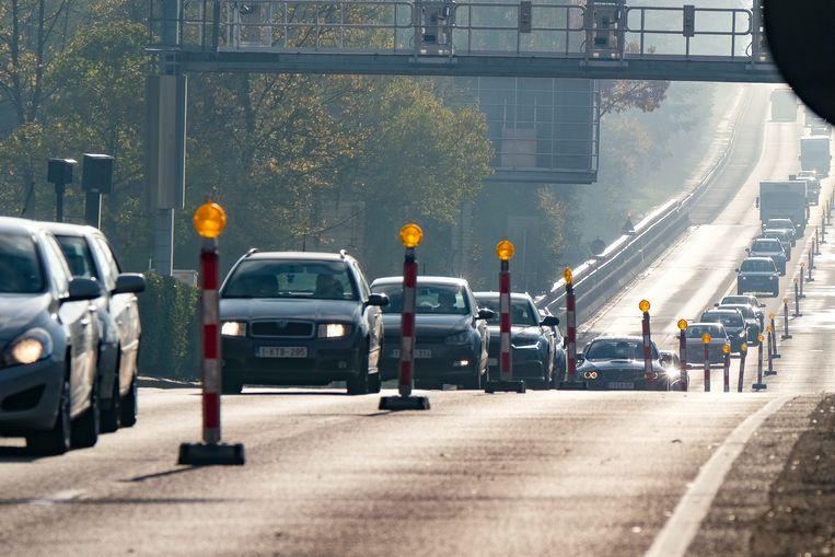 Over en uit voor het Herrmann-Debrouxviaduct.
