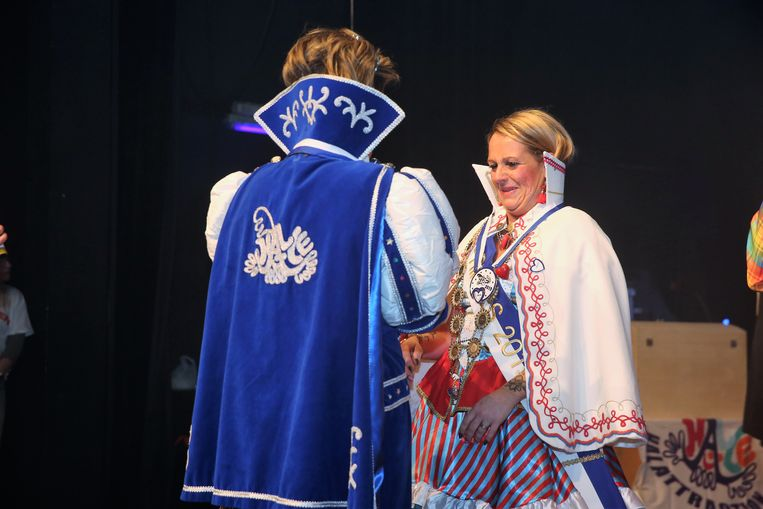 Prinses Sasa en nieuwe Prinses Cindy tijdens het overhandigen van de outfit.