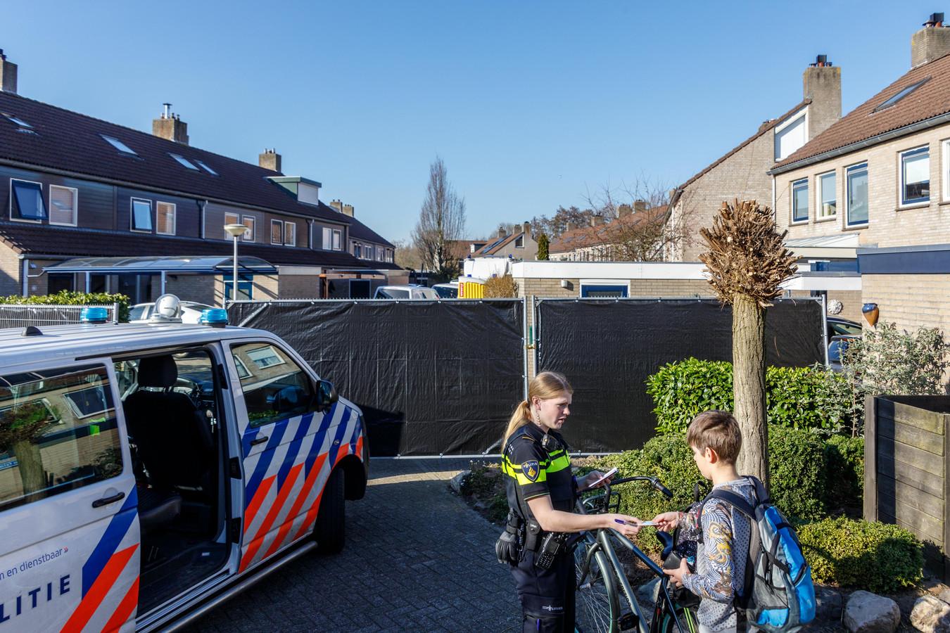 De Hanselaarmate in Zwolle-Zuid was op de dag van de granatenaanslag hermetisch afgesloten voor politie-onderzoek. Dat werd de maanden erna opgetuigd met camerabewaking in de buurt. Nu het onderzoek is gestaakt, zijn de camera's ook verwijderd.
