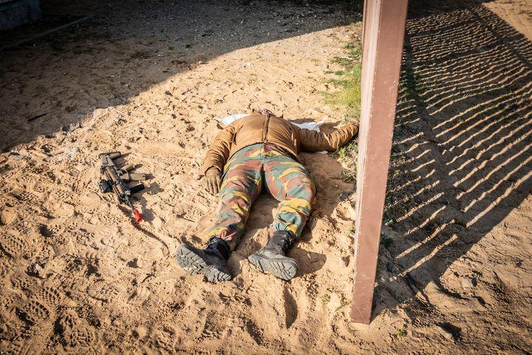 """Een """"gesneuvelde"""" soldaat. Beeld © Bart Leye"""