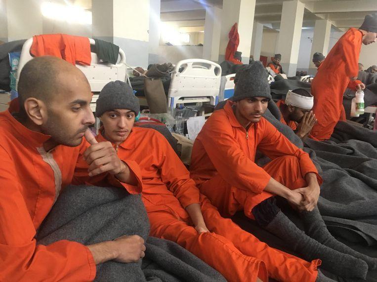 Adel Mezroui (midden), toen een VTM-ploeg vorig jaar de gevangenis van Al-Hasakah bezocht. Beeld VTM Nieuws