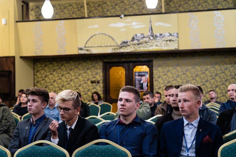 Aanhangers van de de extreem-rechtse splinterpartij tijdens een campagnebijeenkomst. Beeld Piotr Malecki