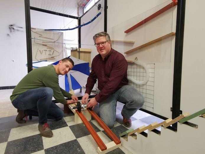 Guy Boxoen en Frederik Heytens bij de Rube Goldbergmachine van het VTI. Een team van vijftien leerkrachten werkte samen aan het project.