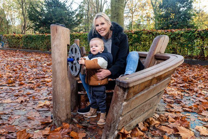 Annette Cornelisse (54) uit Amsterdam met haar kleinzoon van 1,5 jaar.